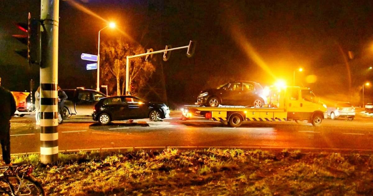 Twee autos total loss na aanrijding in Enschede, kruising bezaaid met auto-onderdelen.