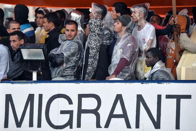 Migranten uit Syrië en Centraal-Afrika die op zee zijn opgepikt bij hun aankomst in het Italiaanse Brindisi. Beeld AFP