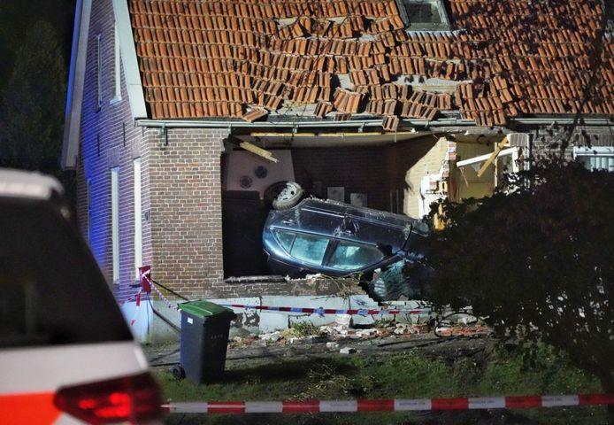 Auto knalt woonkamer binnen bij ongeluk in Bergentheim.