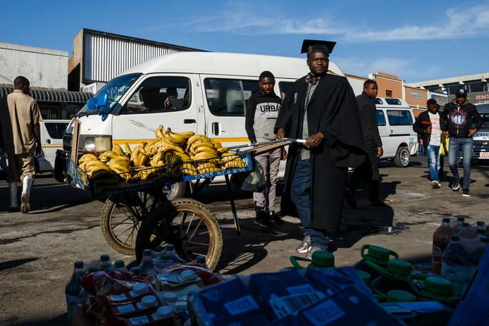 Verkeer op straat in de hoofdstad Harare.