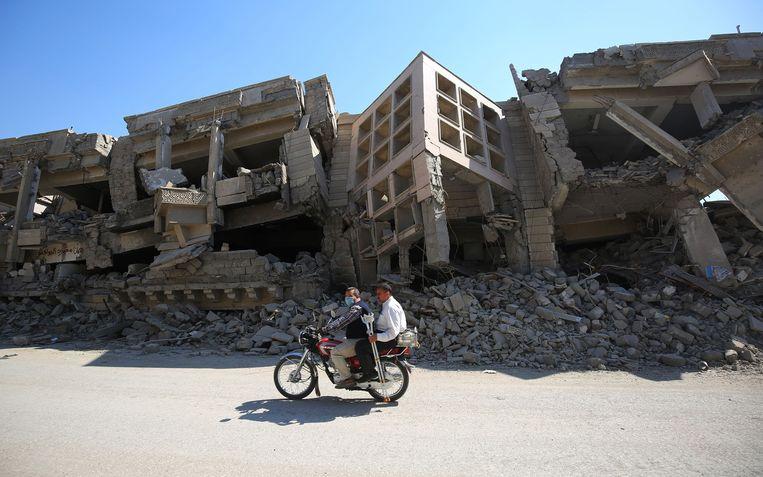 Mosul mag dan een jaar geleden heroverd zijn op IS, de sporen van de strijd zijn nog overal in de stad zichtbaar. Beeld ANP