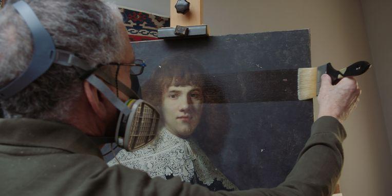 Het bediscussieerde Portret van een jonge man wordt onderzocht en schoongemaakt.  Beeld filmstill