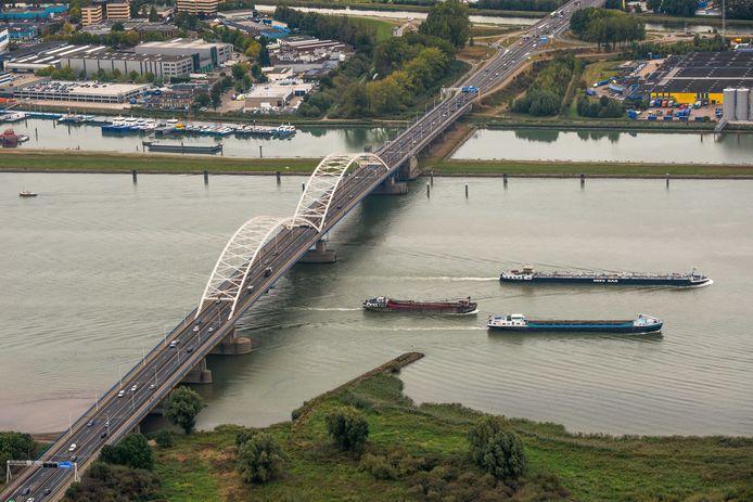 De Merwedebrug bij Gorinchem wordt bij de verbreding van de A27 volledig gesloopt. Er komen twee nieuwe bruggen te liggen.