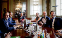 Informateur Gerrit Zalm (midden) in augustus vorig jaar met de onderhandelaars Alexander Pechtold (links, D66), Sybrand van Haersma Buma (2e links, CDA), Gert-Jan Segers (2e rechts, ChristenUnie) en Mark Rutte (rechts, VVD).