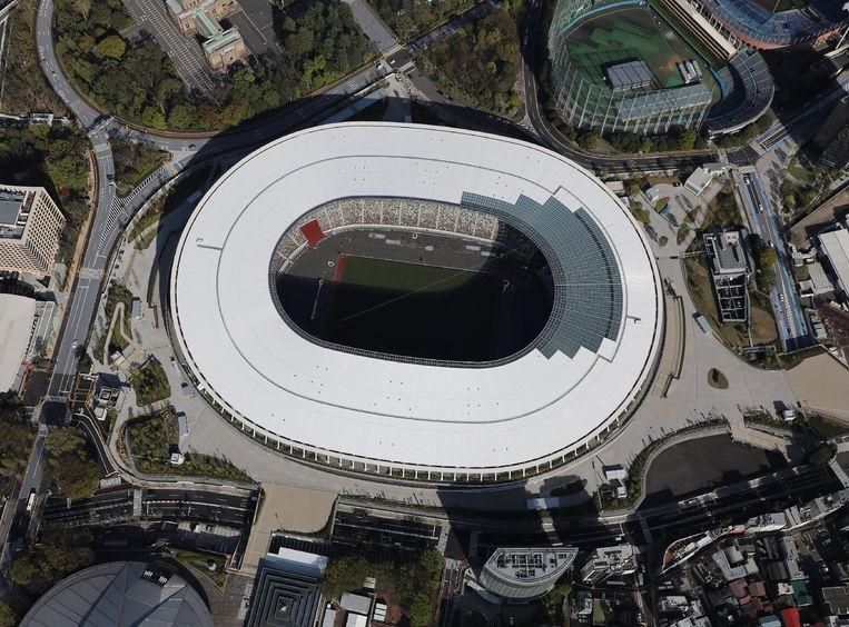 Het Nationaal Stadion in Tokio, speciaal gebouwd voor de Olympische Spelen die nu hadden moeten beginnen, maar die door de coronapandemie met een jaar zijn uitgesteld. Beeld AFP
