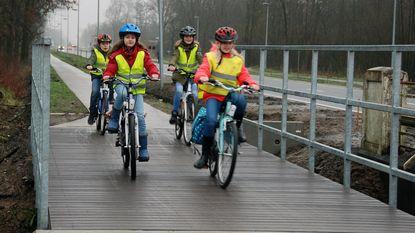 Leerlingen fietsen vernieuwde steenweg in