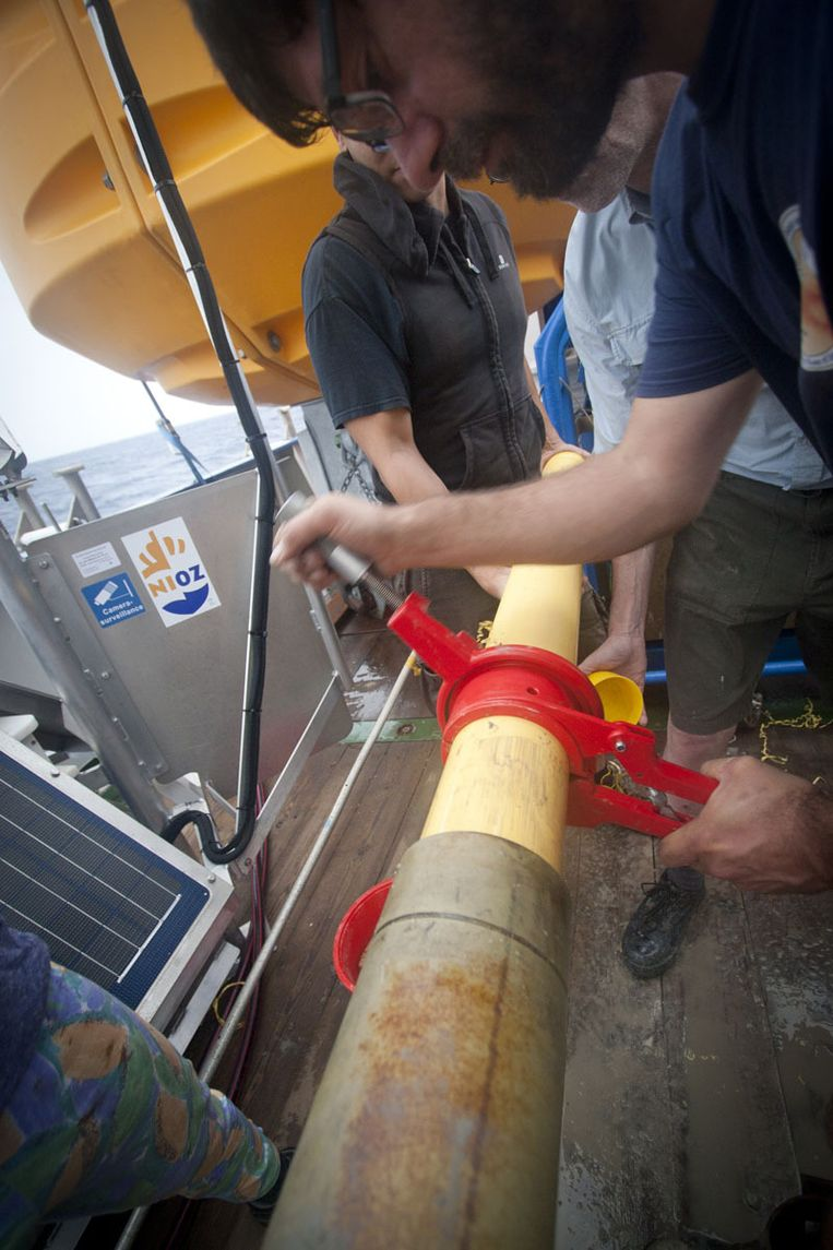De cilinder wordt vlotjes in stukken gezaagd onder het toezicht van Geert-Jan Brummer (midden). Beeld Ronald Veldhuizen