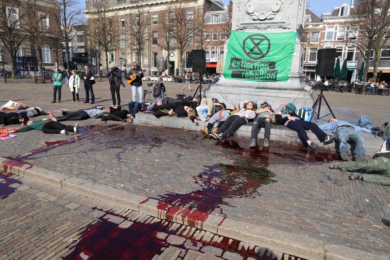Emmers nepbloed op Plein in Den Haag. Demonstranten liggen op de grond.