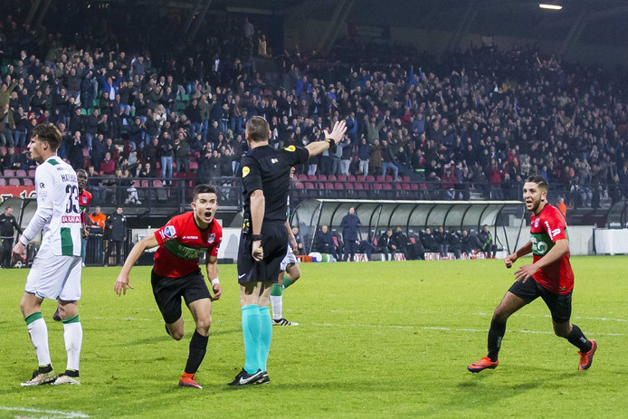 Ferdy Kadioglu heeft de 1-1 gescoord en viert dit met NEC Nijmegen speler Mohamed Rayhi.