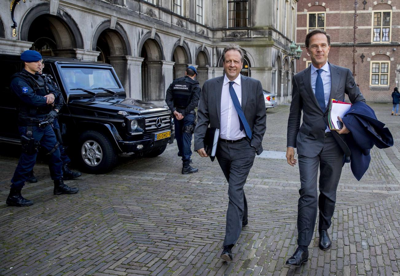 Alexander Pechtold (D66) en Mark Rutte (VVD) komen aan op het Binnenhof voor de gesprekken met informateur Gerrit Zalm.