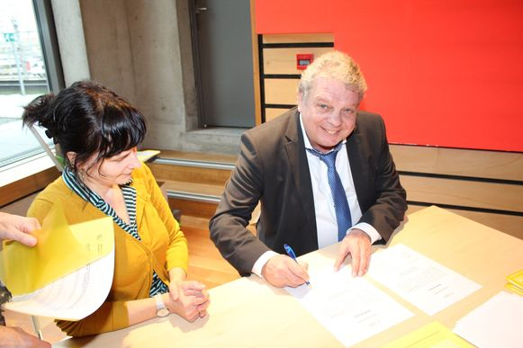 Bij de eedaflegging hoorde ook de ondertekening van de benoemingsakte.