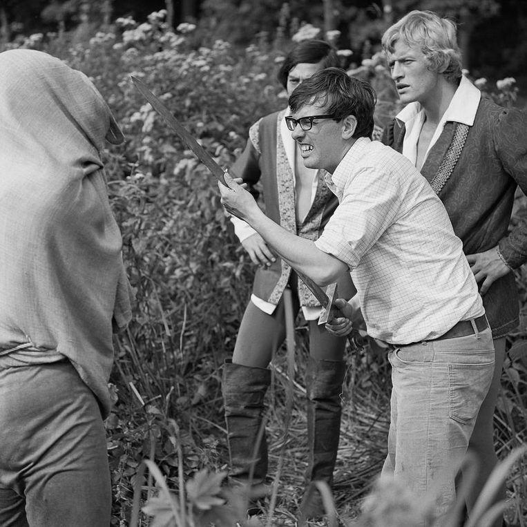 Regisseur Paul Verhoeven geeft Sindala (Jos Bergman) en Floris (Rutger Hauer) instructies. Uit: 'Floris, het complete verhaal achter de succesvolle televisieserie'. Beeld