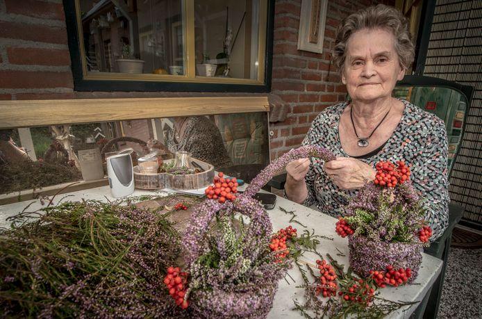 Door Sillessen (81 jaar) Maakt rietmandjes van hei. Dit is nog een oud ambacht. Dit doet ze bij haar huis aan de Stekkenberg in Groesbeek.
