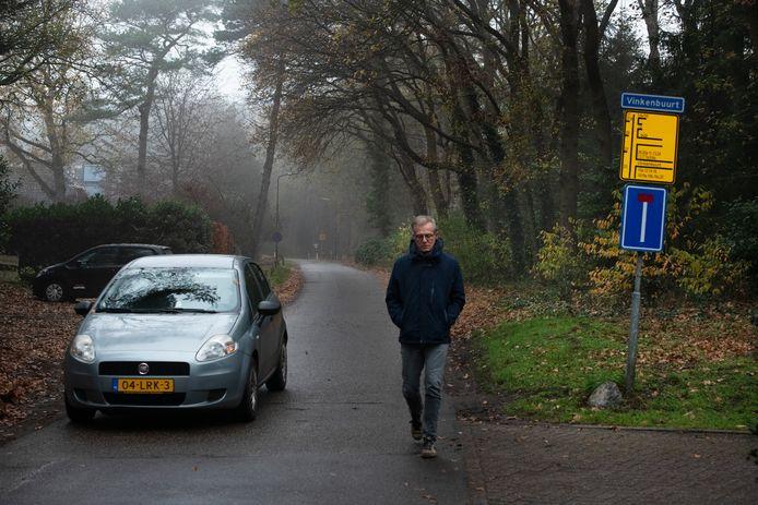 De Vinkenbuurtweg komt uit bij de achteringang van een chaletpark.