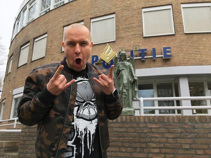 Léon Hoeks (JDA) met het beeld van de groene engel voor het politiebureau in Oss.