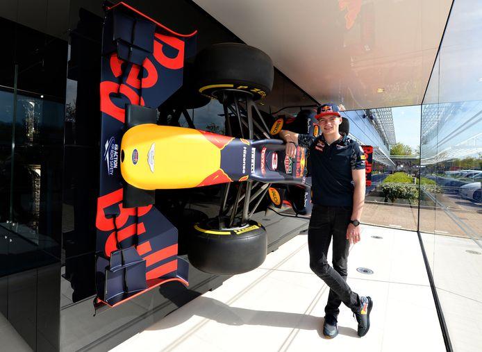 Max Verstappen in 2015 bij de ingang van de fabriek van Red Bull in Milton Keynes.
