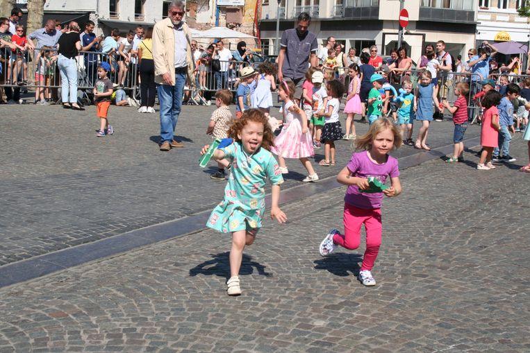 De kinderen graaiden enthousiast naar de paasklokjes.