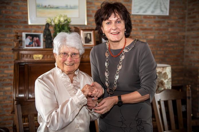 Angèle Sturm-de Milliano is vandaag 100 jaar geworden. Burgemeester Marga Vermue kwam even op bezoek en dat vond de jarige een grote eer.