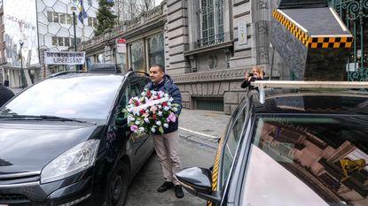 Taxichauffeurs begraven sector in begrafenisstoet