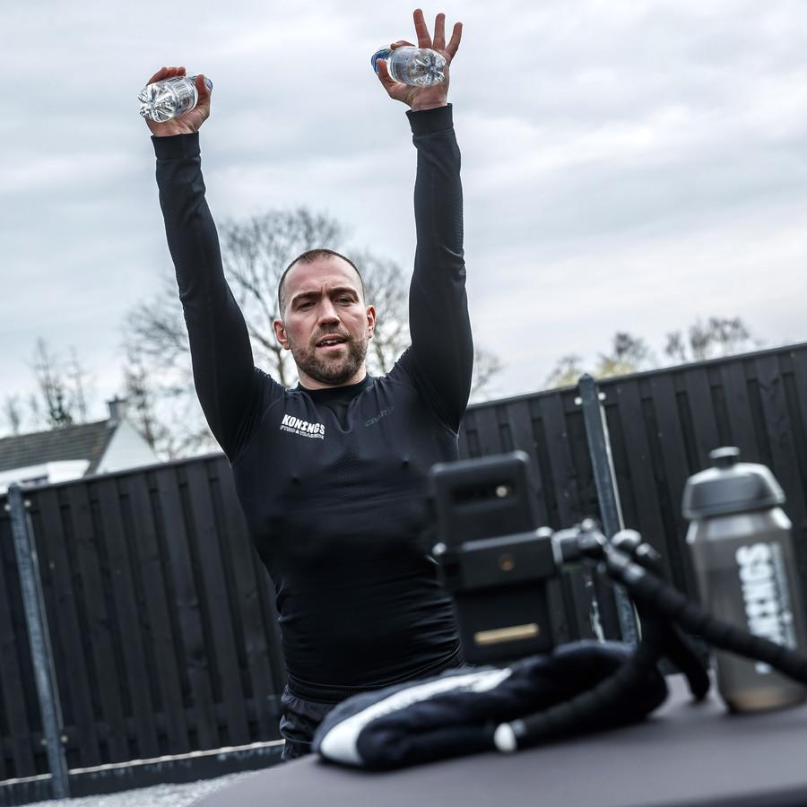 Fitnessinstructeur Marty Konings coacht nu op afstand mensen thuis, nu alles vanwege corona dicht is.