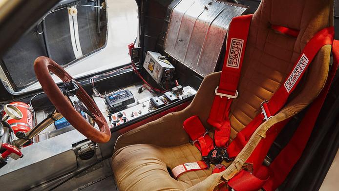 Het interieur van de Lancia Montecarlo Turbo