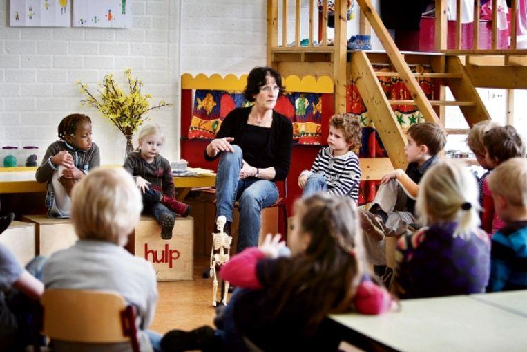Basisschooldocent Monique Hulshof: 'Soms vergeten ze dat ze in de klas zijn, dan noemen ze me mama of oma'. ( FOTO WERRY CRONE, TROUW) Beeld