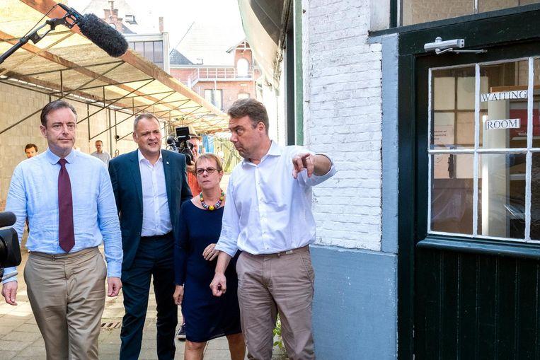 Payoke-directeur Klaus Vanhoutte (rechts) bij het bezoek van burgemeester Bart De Wever aan zijn opvangcentrum. U herkent ook Patsy Sörensen, oprichtster van Payoke.