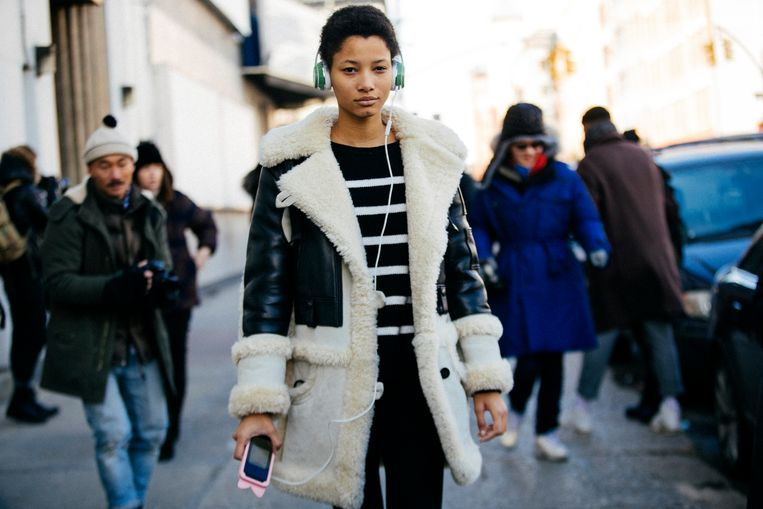 Het Dominicaanse model Lineisy Montero met een lammycoat. Foto Melodie Jeng/Getty Images Beeld Getty Images