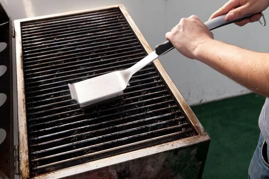 De grill schoonmaken voordat je gaat barbecuen, is geen leuke klus.