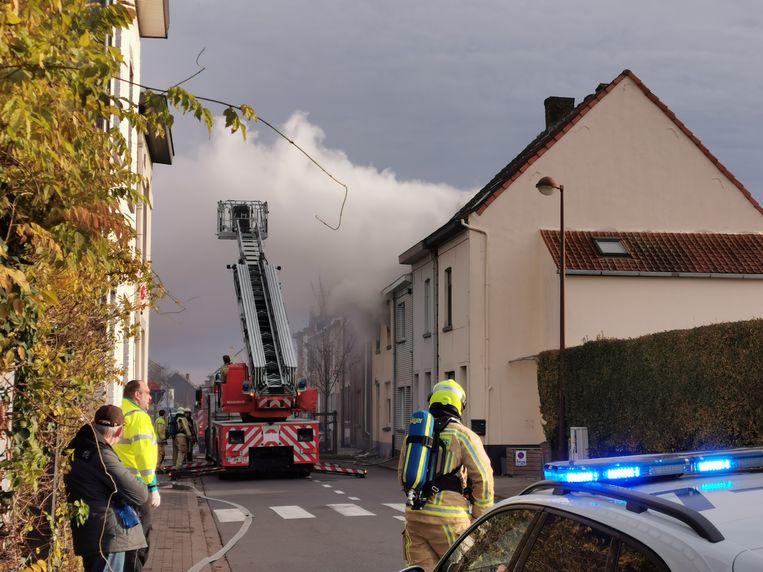 Een koppel en hun kleinkind zijn donderdagochtend gewond geraakt bij een hevige woningbrand in de Laarheidestraat in Beersel.