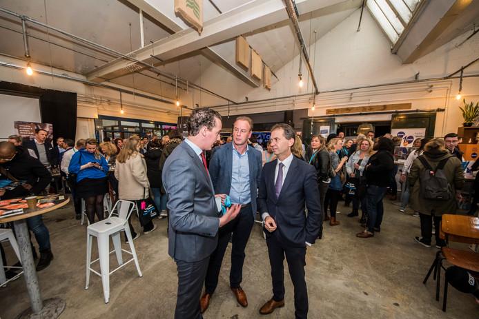 Ondernemersloket in Wevershal op Indieterrein. Eddy van Hijum (gedeputeerde) en Arjan Maathuis (wethouder) in gesprek.