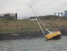 KNRM helpt opvarenden van vastgelopen jacht in Vlissingen