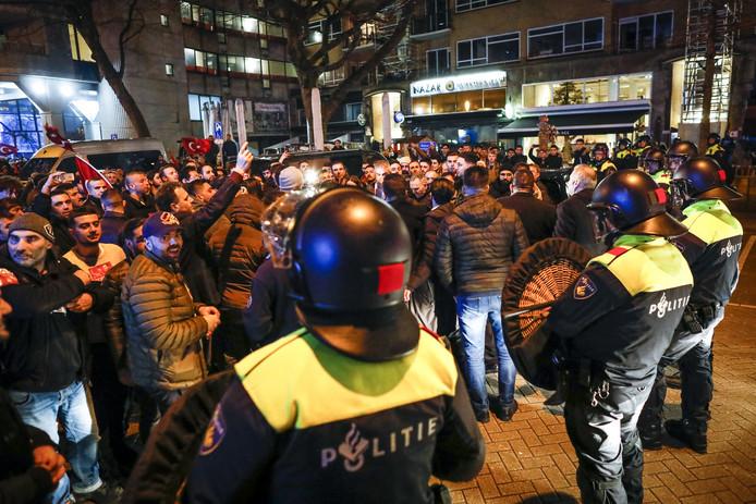 Politie opgesteld rond de demonstratie van Turkse Nederlanders bij het Turkse consulaat aan Westblaak afgelopen zaterdag.