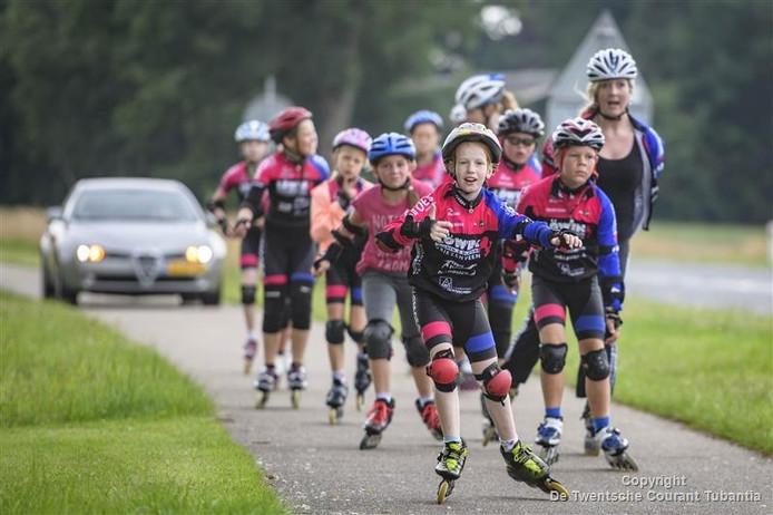 Jeugdleden van de Skeeler- en wielervereniging Twenterand onderweg tijdens de jaarlijkse skeelertoertocht vanuit Vriezenveen.
