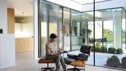WOONVIDEO. Dit koppel bouwt eigenhandig moderne bungalow die baadt in het licht