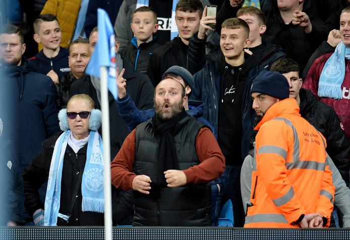 De toeschouwer die de apengebaren maakte richting United-speler Fred.