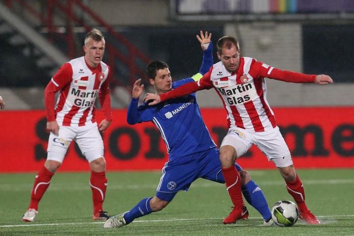 FC Oss-speler Istvan Bakx (rechts) duelleert om de bal met Tom Overtoom van Almere City.