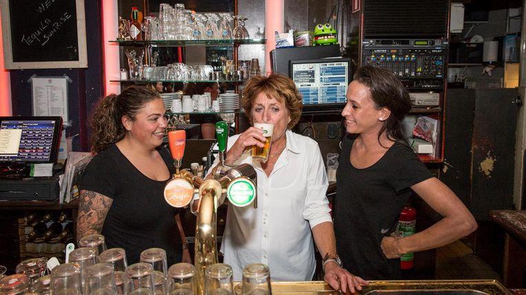 Mieke Martelhoff heeft haar laatste biertjes in Vivelavie getapt. Beeld Dingena Mol