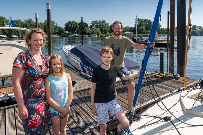 Moeder Manon, dochter Roos, zoon Bas en vader Michiel Alexander de Raaf uit Hedel zoeken de rust in de Biesbosch.
