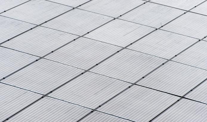 Overal zie je zonnepanelen verschijnen, behalve op daken van appartementengebouwen.