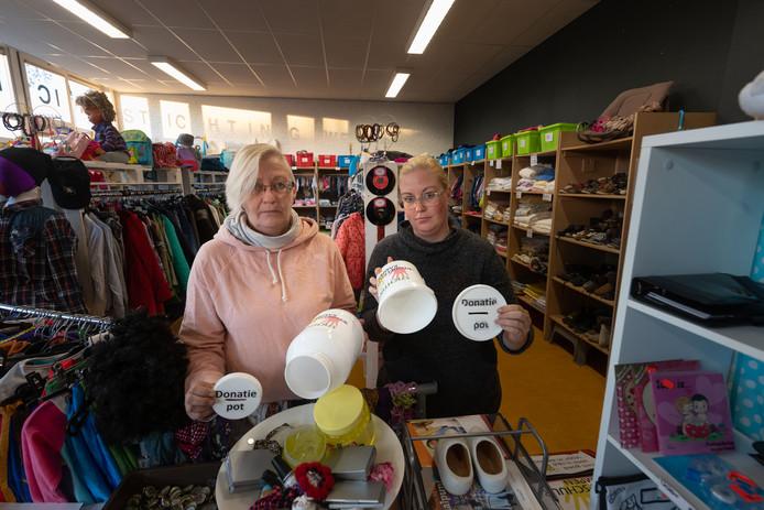 Marianne de Groot (links) en haar dochter Elvi met de twee lege donatiepotten.