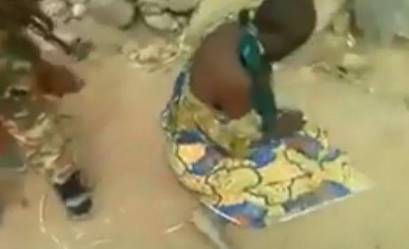 Een militair dwingt een van de vrouwen om te gaan zitten. Even later wordt ze doodgeschoten, samen met haar kind en een andere vrouw en haar kind.