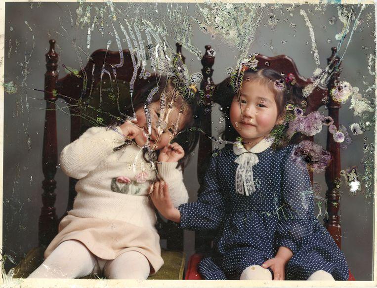 Mayumi Suzuki (links) en een vriendinnetje in de fotostudio van haar vader in 1993.  Beeld uit het boek The Restoration Will van Mayumi Suzuki