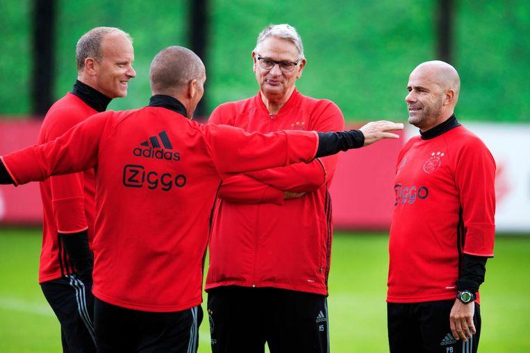 Peter Bosz in overleg met zijn technische staf bij Ajax Beeld null