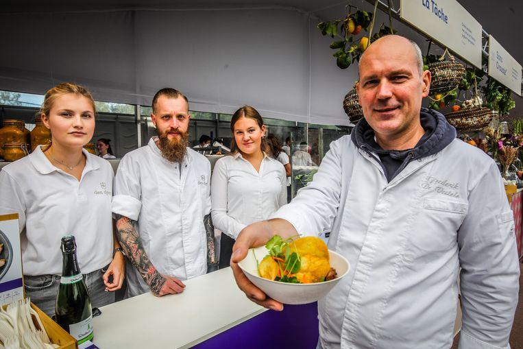 Frederik De Vestele en Kevin Wiebouw met hun Pluma van Brasvarken, salsa verde, pickles. De pickles zijn een ware verademing in combinatie met het perfect gegaarde vlees.