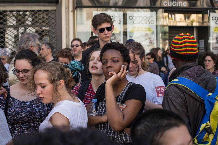 19 april 2018: een groep jongeren wacht tot de demonstratie tegen Macrons hervormingen in Parijs begint. Beeld Bart Koetsier