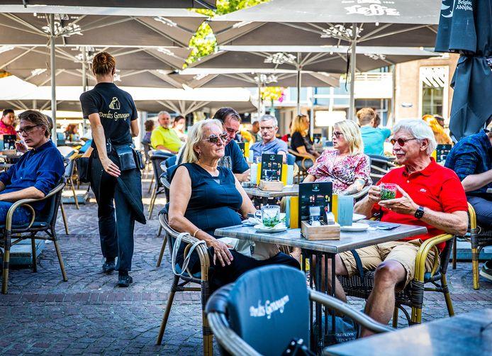 Terrassen in binnenstad Dordrecht zitten vol tijdens deze warme prinsjesdag.