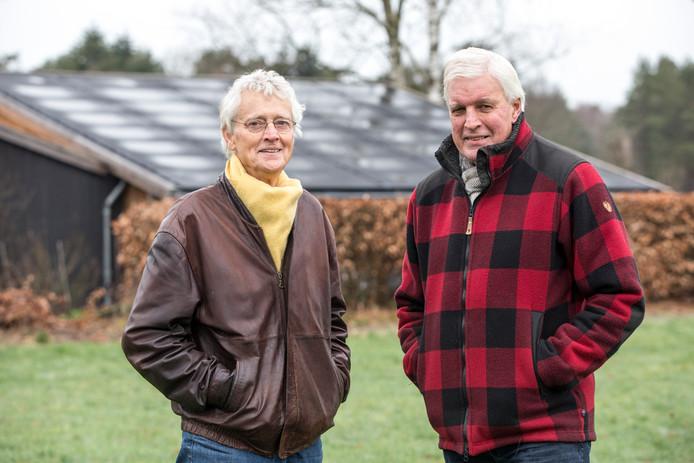 Voorzitter Frans de Steur (links) en Martien Pater (rechts) proberen alle lagen van de bevolking te betrekken bij de energietransitie via hun Energiecoöperatie Vorden.