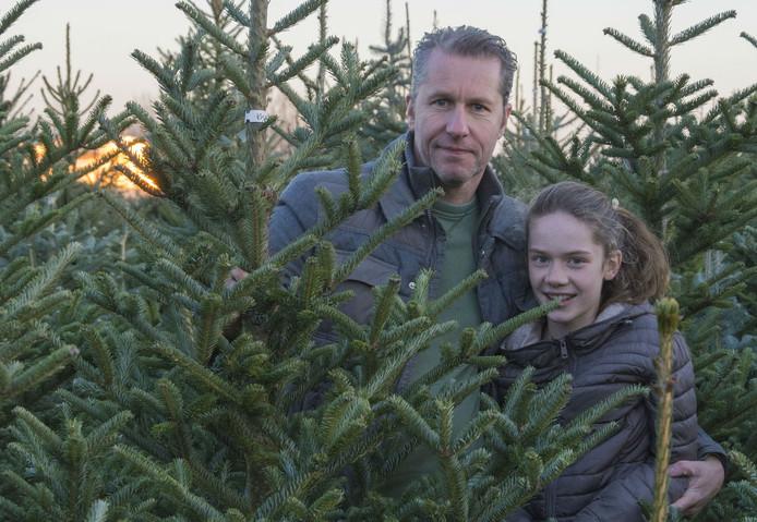 Peter Lueb en zijn dochter Anouk kopen een kerstboom.