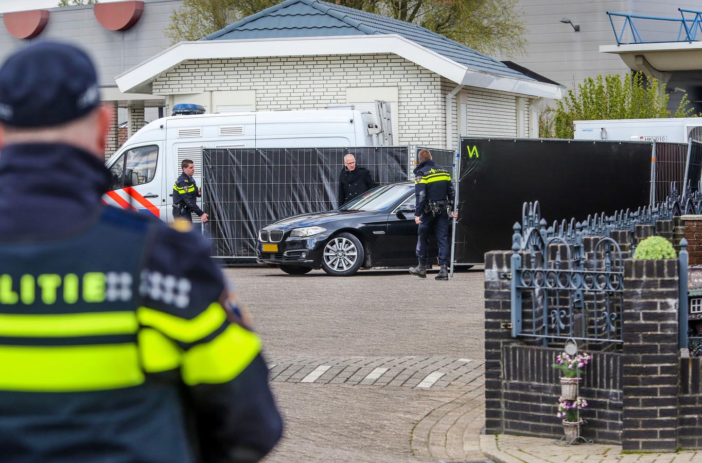 Grietje B. uit Deventer, die wordt verdacht van het doodschieten van haar echtgenoot Lauwie van Lies komt aan in een geblindeerde auto.